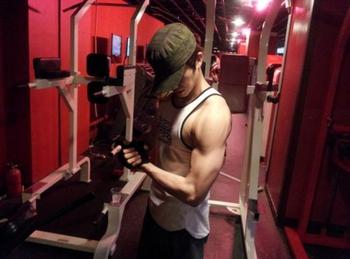 腕の筋肉を見せる2PMウヨン